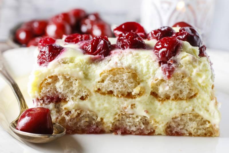BEZ PEČENJA: Brza torta s piškotama i višnjama