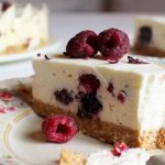 JEDNOSTAVNA I NEODOLJIVA: Parfe torta s malinama i bijelom čokoladom