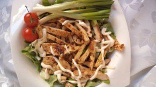 Curry piletina na salati