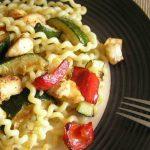 RUČAK ZA 30 MINUTA: Kovrčavi špageti sa piletinom i pečenim povrćem