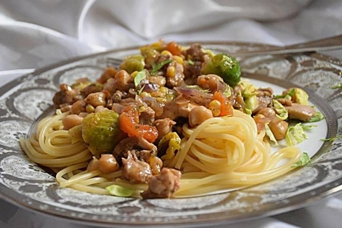 Špageti s piletinom, slanutkom i prokulicama