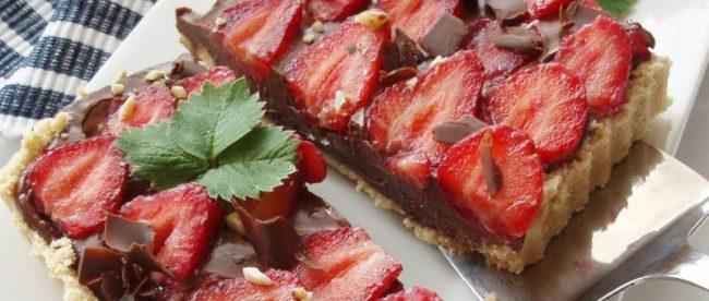 Tart s čokoladom i jagodama