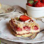 TAKO FIN, A TAKO JEDNOSTAVAN: Mrvičasti kolač sa sirom i jagodama