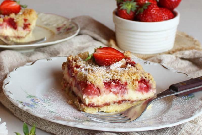 Mrvičasti kolač sa sirom i jagodama