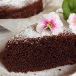 ČOKOLADNI KOLAČ S JABUKAMA: Fini čokoladni desert za čiju sočnost su zaslužne jabuke