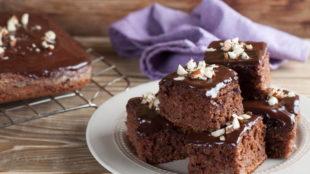 ČOKOLADNE RUM KOCKE: Sočni kolač s okusom čokolade, ruma i voća