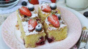 SOČAN I UKUSAN: Jogurt kolač s grizom i šumskim voćem
