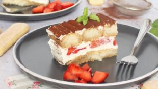 TIRAMISU S JAGODAMA: Lagan i ukusan kolač s kremom bez jaja